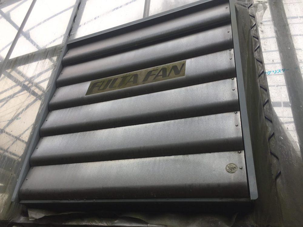 ビニールハウスの暑さ対策の換気扇。効果はすごいが、電気代高すぎ。