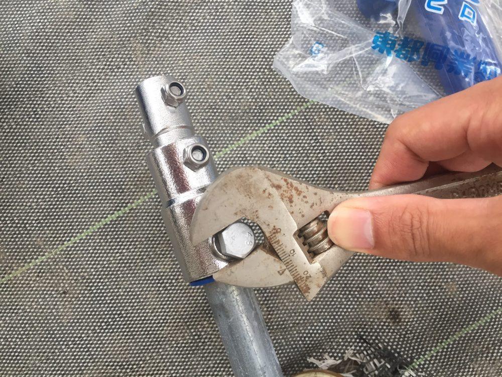 タニカンキットのボルトをパイプに止めます。