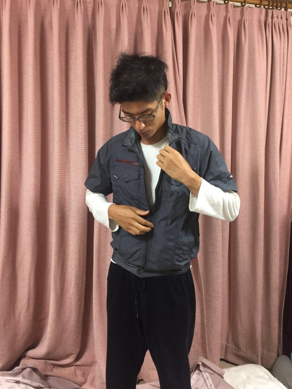 空調服は着るのは普通の上着と変わらない。