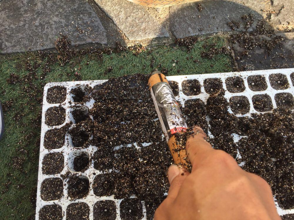 載せた土を、ねじり鎌を使って拡げていくと簡単です。