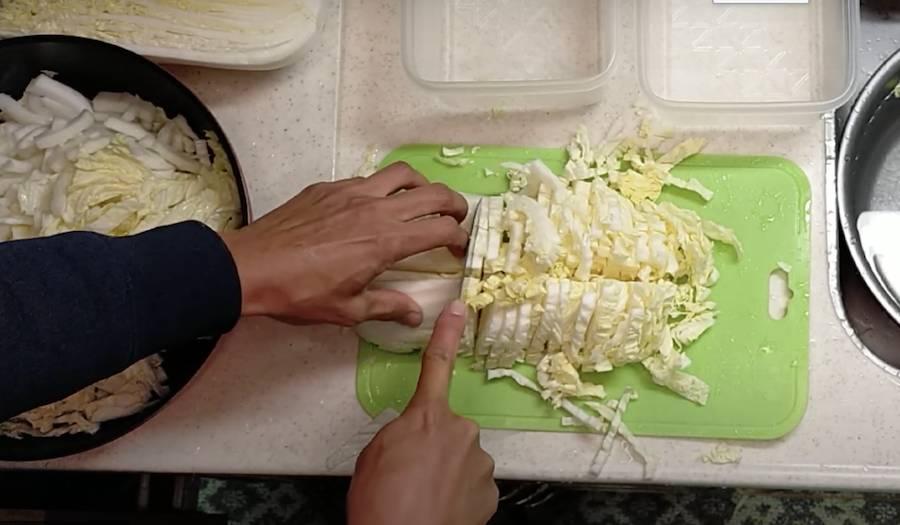 白菜の浅漬けのために切ります。