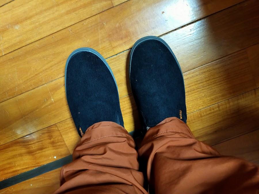 ワークマンの冬のシューズ。ダボっとした冬のズボンに合わせるとこんな感じ。