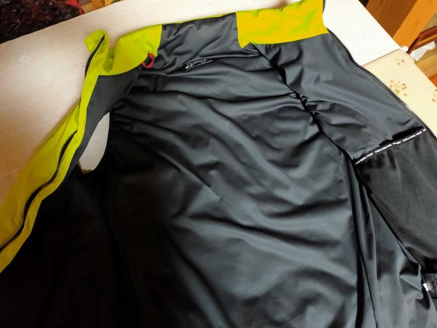 ワークマンの冬の袖なしベスト。内側はこんな色。そして防風なので、暖かい
