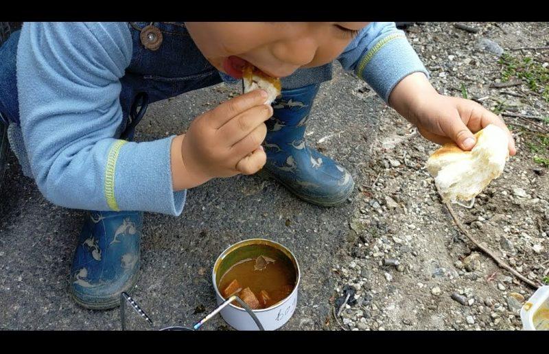 さいこうやさいのにんじんカレー缶はパンをちぎりながら、3人くらいで食べるとちょうどいい量で楽しい。